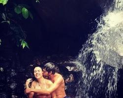 Tatá Werneck curte banho de cachoeira com Rafael Vitti no Rio