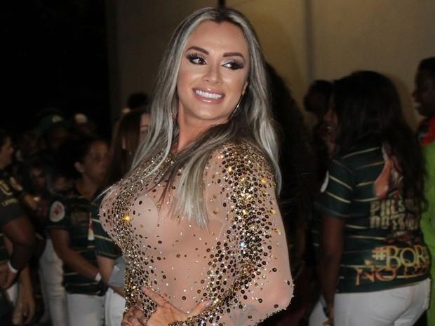 Juju Salimeni curte noite de samba com vestidinho transparente