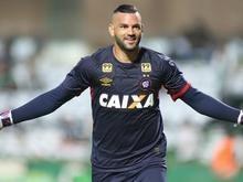 Palmeiras encaminha acerto com o goleiro Weverton, do Atlético-PR