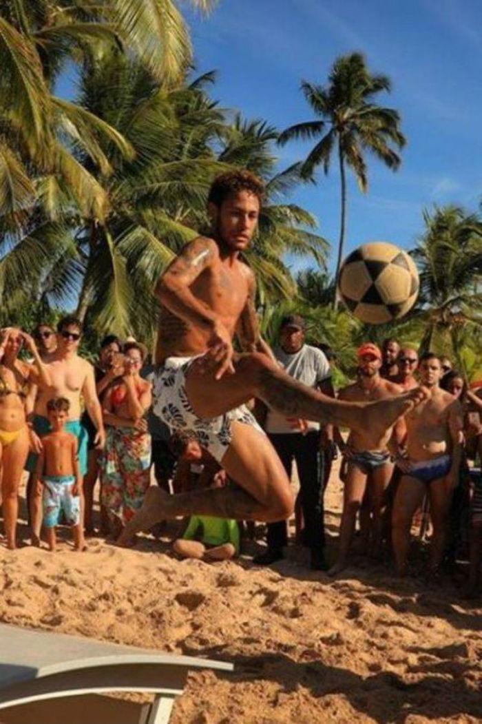 Neymar é observado por turistas enquanto joga futvolei (Crédito: Reprodução)