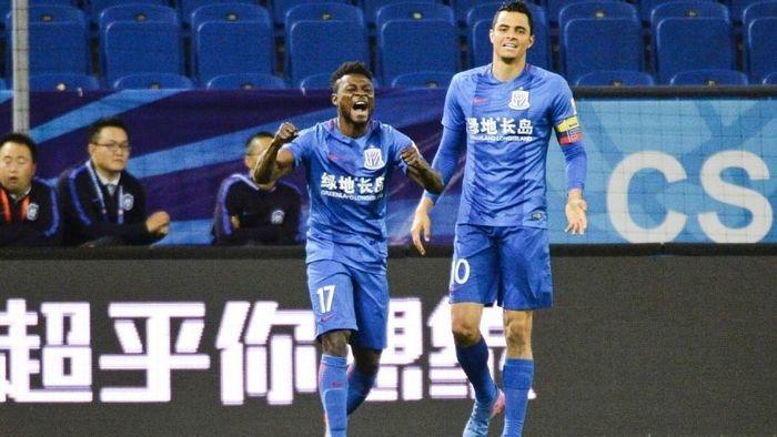 Oba Oba Martins comemora gol marcado pelo Shanghai Shenhua, da China (Crédito: Getty)