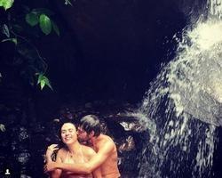 Tatá Werneck e Rafael Vitti se divertem durante banho de cachoeira