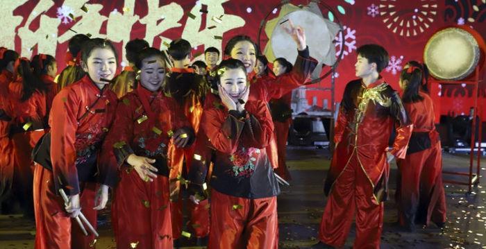 Participantes de apresentação artística posam para foto após a chegada de 2018 em Beijing, na China
