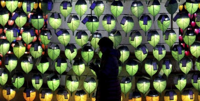 Mulher reza diante de lanternas no templo budista de Jogyesa, em Seul (Coreia do Sul), como parte das celebrações do Ano-Novo