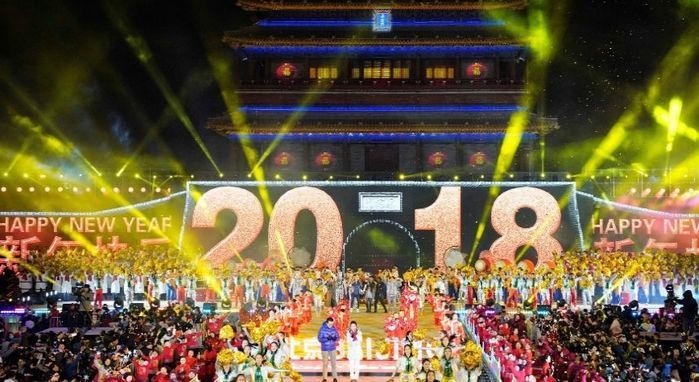Chineses celebram a chegada de 2018 no Portão de Yongdingmen, em Pequim