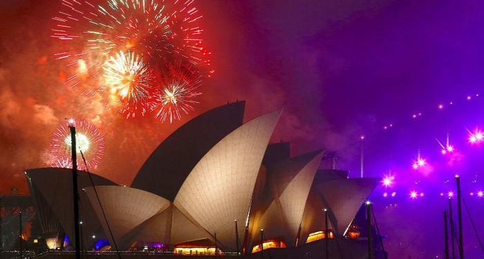 Começou! Fogos iluminam a noite e a edificação da Opera House, em Sydney (Austrália), na festa da virada para o Ano-Novo.