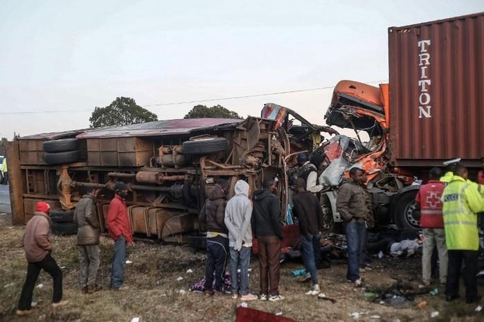 Colisão entre ônibus e caminhão deixa 30 mortos no Quênia