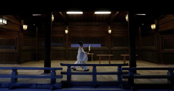 Religioso shintoísta se encaminha para ritual pelo Ano-Novo no Santuário Meiji, em Tóquio