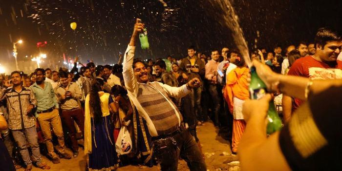 Pessoas dançam e fazem festa durante chegada do Ano Novo em Mumbai, na Índia