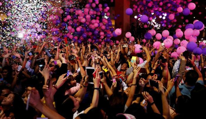 Balões fazem a festa durante a celebração da chegada do Ano-Novo no shopping Eastwood, em Manila, nas Filipinas