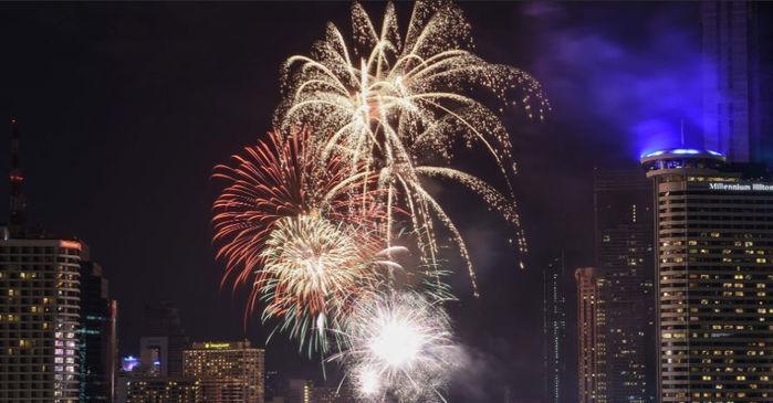 Show pirotécnico sobre o rio Chao Praya celebra a chegada do Ano-Novo em Bancoc, na Tailândia