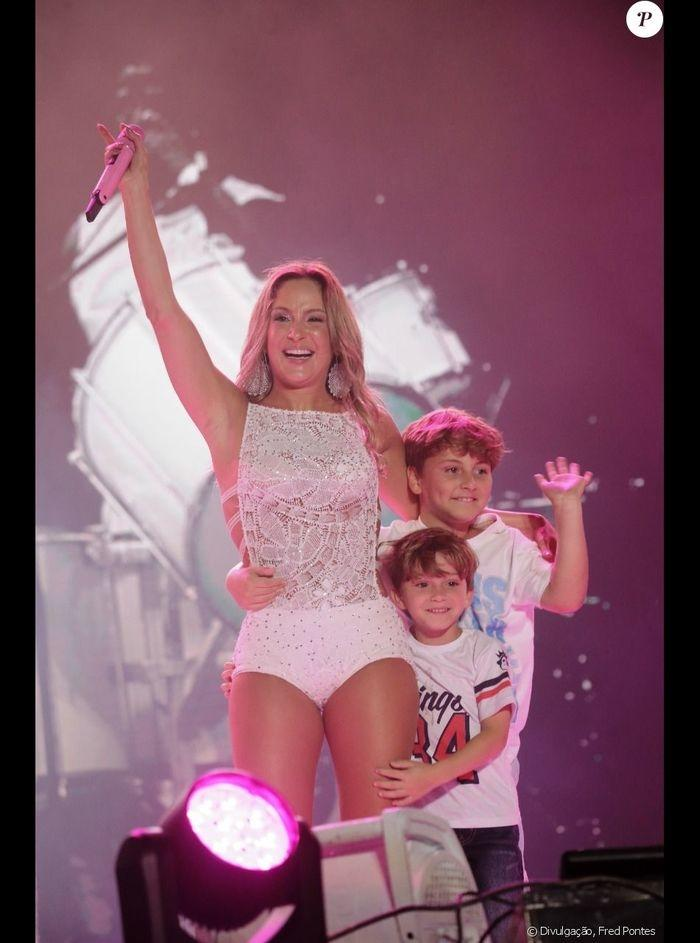 Claudia Leitte recebe filhos no palco durante Festival em Salvador