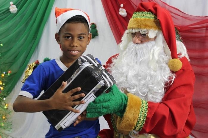 Criança recebe presente através do Papai Noel dos Correios (Crédito: Divulgação)