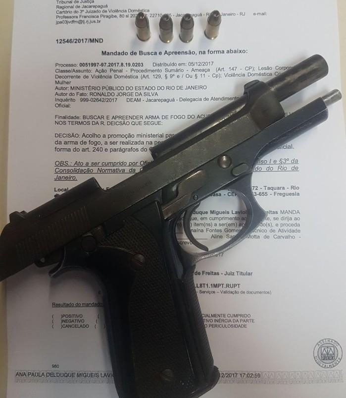 Cantor Naldo é denunciado por agressão e preso com arma de fogo