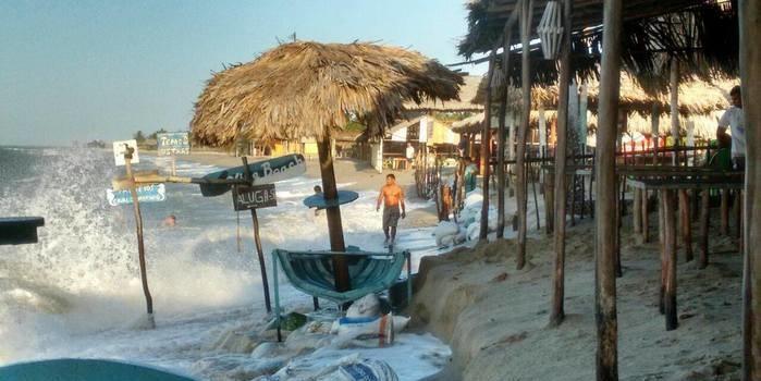Barracas na praia de Barra Grande são invadidas pela maré
