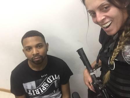 Policial que fez selfie com Rogério 157e tieta Naldo em delegacia