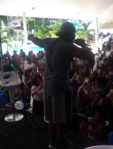 Naldo sai da prisão e faz show em festa de fim de ano da PM