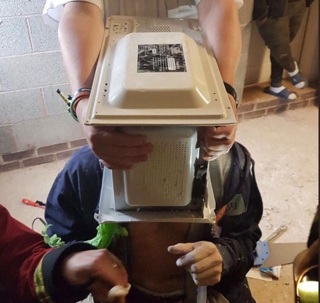 Youtuber cimenta a cabeça em micro-ondas (Crédito: : Reprodução/Youtube/WestMidsFire)