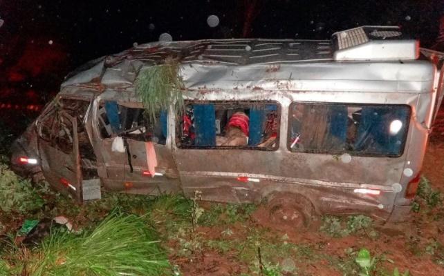 Van que vinha para o Piauí capota e deixa dez pessoas feridas na BA