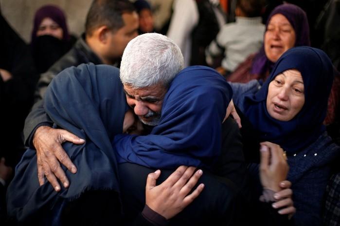 Família chora após morte de parente em consequência de ataque na Faixa de Gaza  (Crédito: Suhaib Salem/Reuters)