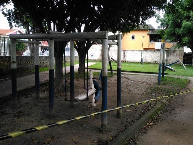 Criança morre atingida por tronco de balança de madeira em praça