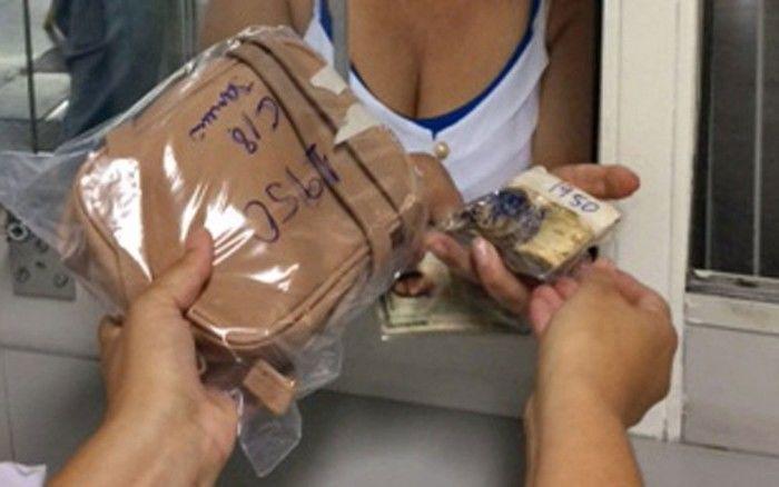 Mulher recupera bolsa com R$ 1,6 mil