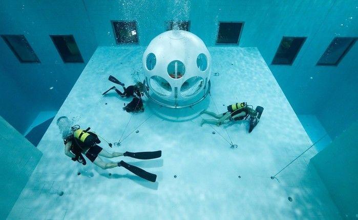 A refeição é servida em uma capsula que fica submersa em piscina