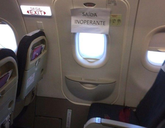 Passageira fotografou saída de emergência inoperante em voo da Latam (Crédito: Reprodução)