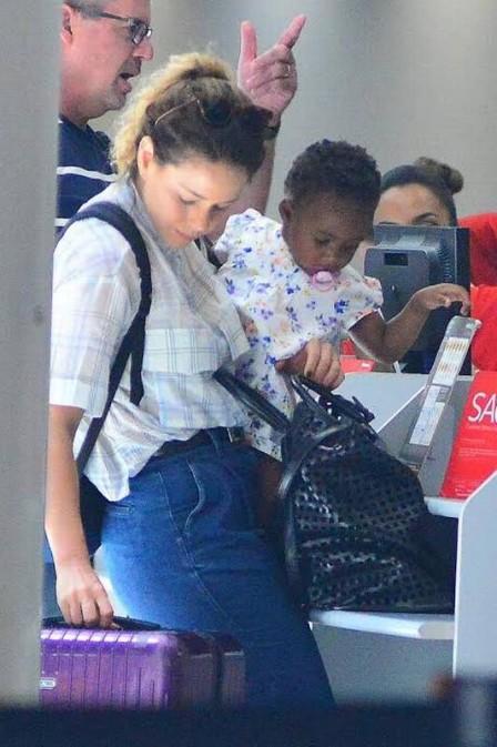 Leandra Leal e a filha no aeroporto (Crédito: Reprodução)