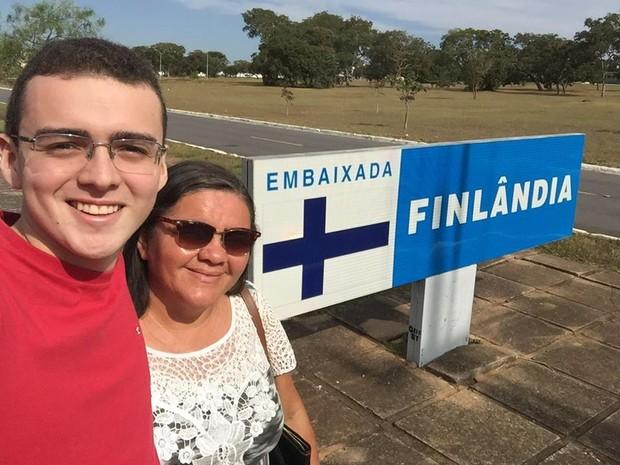 Mãe vende latinhas e realiza sonho de filho de estudar na Europa