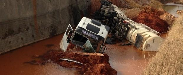 Caminhão carregado de diesel cai em buraco de obra no Paraná
