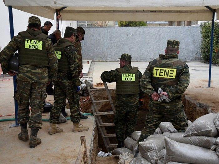 Os militares do Exército Helênico (EOD) se posicionam diante do buraco onde a bomba de 250 kg da Segunda Guerra Mundial foi encontrada durante a escavação, na cidade de Salônica (Crédito: Reuters)