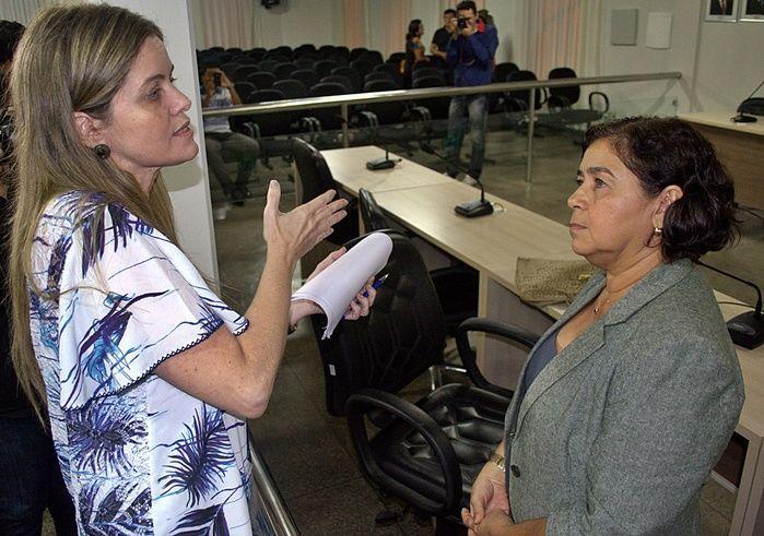 Secretária de Infraestrutura conversando após a sessão com a vereadora Fátima Carmino (PT).  (Crédito: Kairo Amaral)