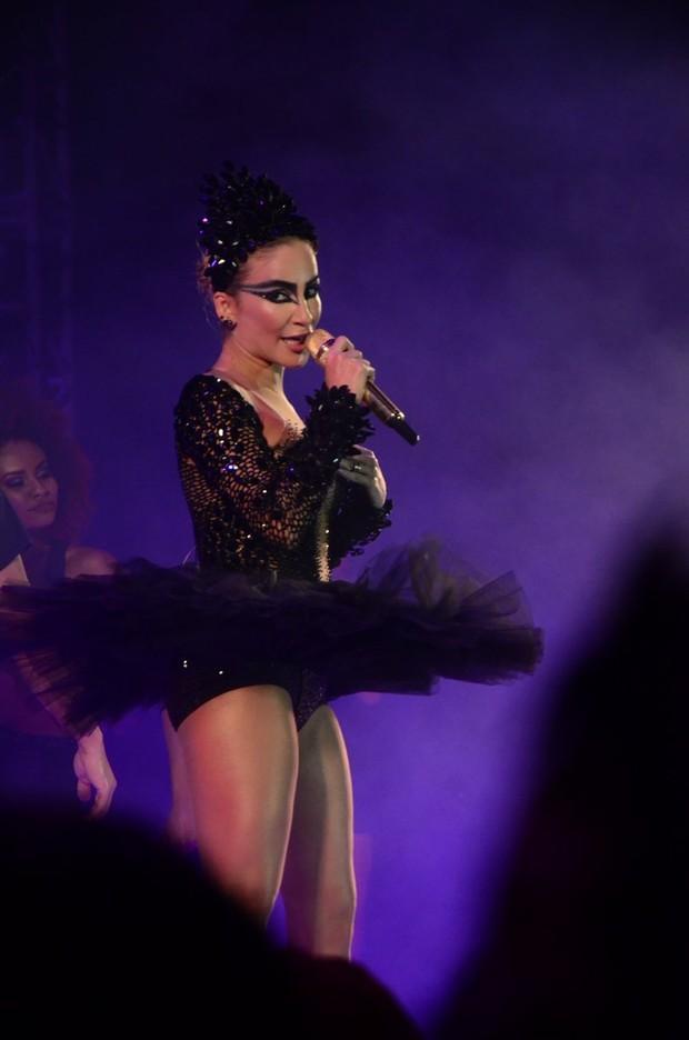 Claudia Leitte usa fantasia de Sabrina Sato em baile de carnaval