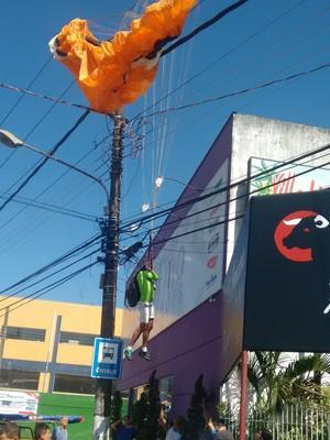 Homem fica preso à fiação elétrica em voo de parapente