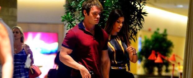 Thor Batista passeia com a namorada em shopping de luxo no Rio
