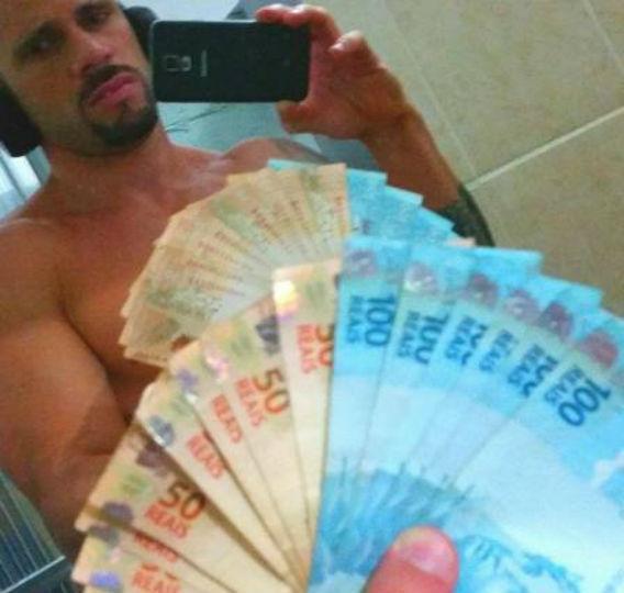 Policial fez selfie ostentando dinheiro