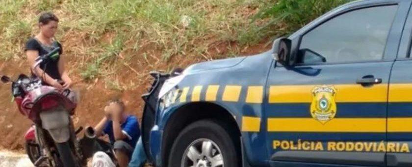 Menino de 10 anos é flagrado pilotando moto com mãe na garupa