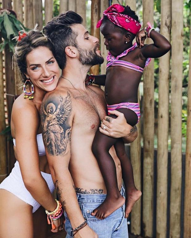 Giovanna Ewbank e Bruno Gagliasso com a filha Tite