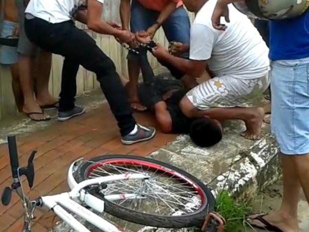 O jovem acusado de assalto foi agredido e amarrado por populares
