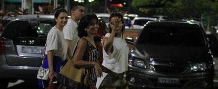 De shortinho jeans e sem make, Anitta curte cinema com a mãe