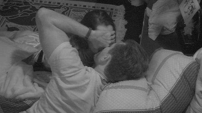 Marcos e Emilly trocam selinhos durante madrugada