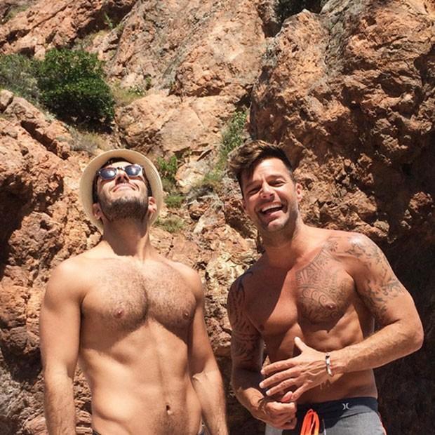 Jwan Yosef e Ricky Martin em praia
