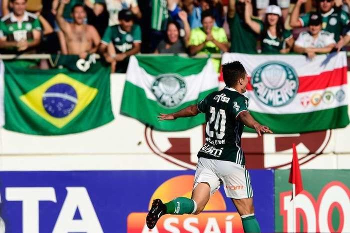 Willian comemora gol