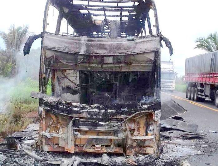 Ônibus fica destruído após pegar fogo na BR-316 no Maranhão