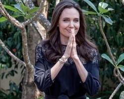 Angelina Jolie faz primeira aparição pública após divórcio