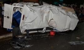 Mulher morre e 6 ficam feridos após Kombi bater em árvore