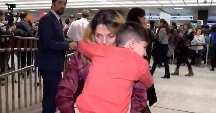 Reencontro de menino com sua mãe