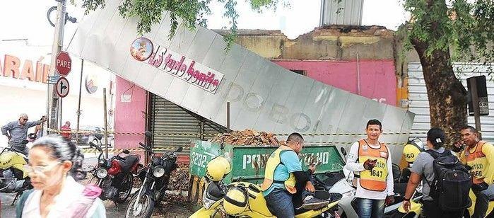Letreiro de loja desaba e deixa dois feridos no Centro de Teresina (Crédito: Efrém Ribeiro)