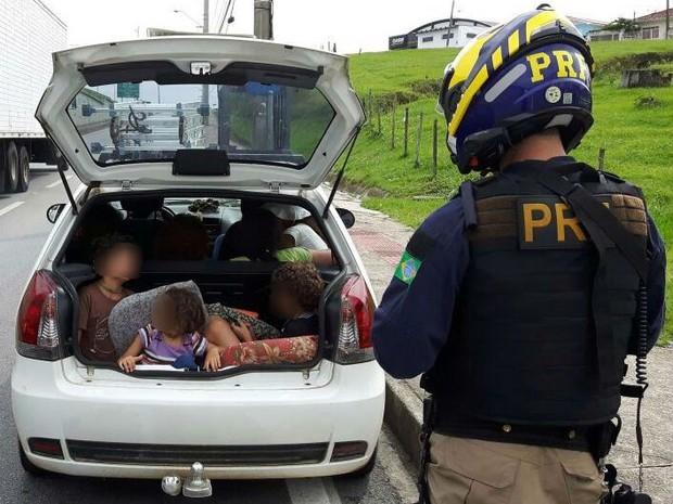 Três crianças estavam em porta-mala de carro na Grande Florianópolis (Crédito: Reprodução)